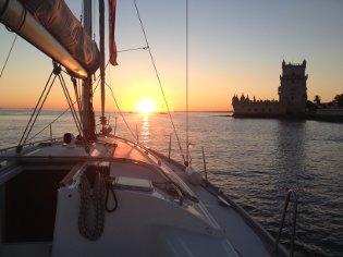 Zeilen tijdens de zonsondergang watersportactiviteiten en boottochten Seabookings