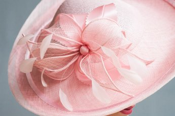 In gesprek met Wies Mauduit van hoedenatelier La plus belle ! Detail hoed Pink Lady