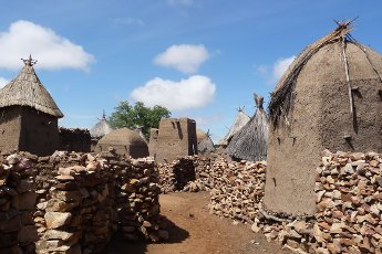 In gesprek met Monique Teggelove van Papillon Reizen Foto Mali toegang tot dorpje PR Archief