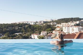 Het eerste jaar van Darcie Paardekooper en Ola Onda Guesthouse Ericeira Portugal zwembad met uitzich, surftoerisme, toerisme