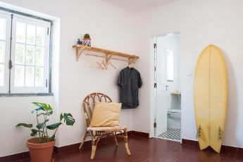 Het eerste jaar van Darcie Paardekooper Ola Onda Guesthouse Ericeira Portugal Room Paz