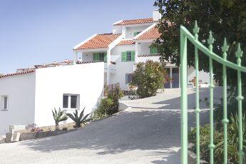 Het eerste jaar van Darcie Paardekooper Darcie Paardekooper Ola Onda Guesthouse Ericeira Portugal vooraanzicht villa