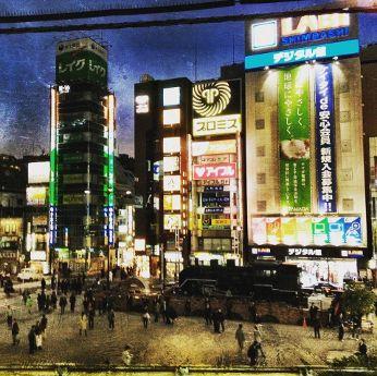 In gesprek met Nicki Yoshihara van Tokiotours Shimbashi station Tokyo by night