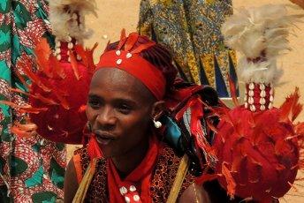 In gesprek met Monique Teggelove van Papillon Reizen Foto Benin kleurrijk aangekleed meisje PR Archief resized 345x230